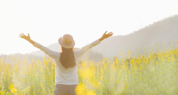 mujer-adolescente-nina-stand-sentir-libertad-y-relajacion-viajes-al-aire-libre-disfrutando-de-la-naturaleza-con-la-salida-del-sol_1421-186.jpg